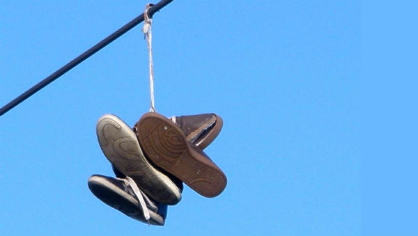 Shoe_tossing_in_Vitoria-Gasteiz_(2013)_2